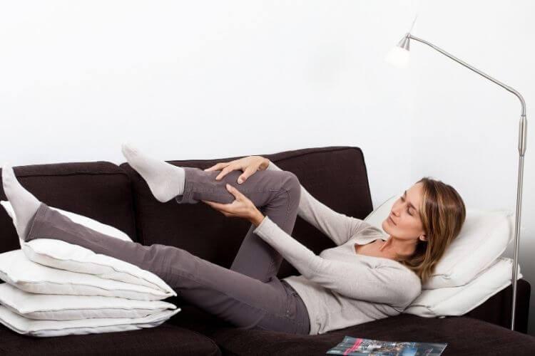 prevention-insuffisance-veineuse-jambes-lourdes-surelever-les-jambes-prevention-varice-jambes-gonflees-comment-eviter-les-jambes-qui-gonflent-oedeme-des-chevilles-le-soir
