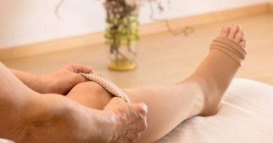 comment-mettre-bas-de-contention-prevention-phlebite-compression-des-jambes-pour-eviter-les-jambes-lourde-prevention-de-insuffisance-veineuse-comment-limiter-les-varices-eviter-les-douleurs-et-inconforts-mauvaise-circulation-des-jambes-mauvaise-circulation-veineuse